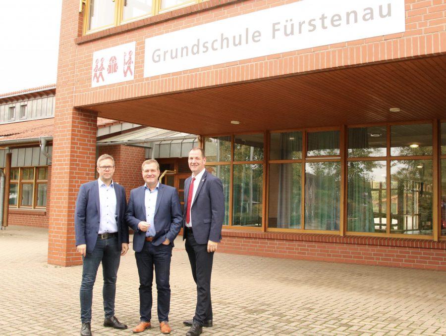 Gemeinsam mit Matthias Wübbel und Samtgemeindebürgermeister Bennotrütken vor der Grundschule Fürstenau